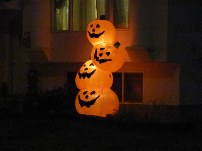 my kids and i took a drive around town last night to check out the halloween decorations and we saw some simple houses with just one blow up decoration