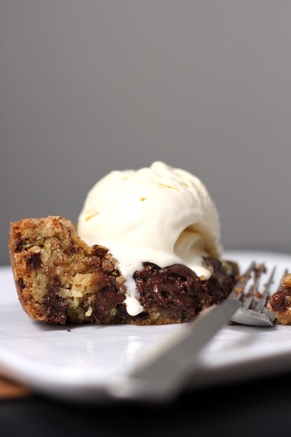 deep-dish-chocolate-chip-skillet-cookie-4