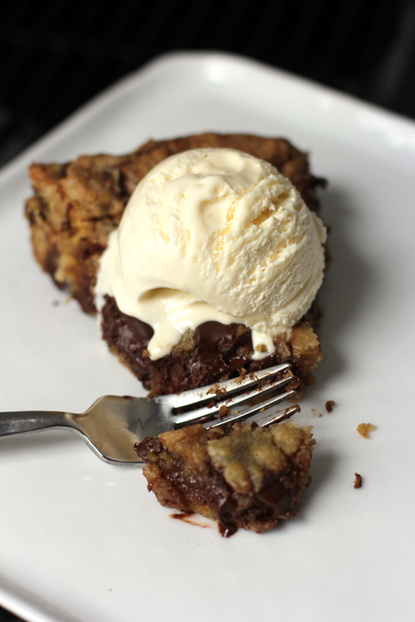 deep-dish-chocolate-chip-skillet-cookie-5